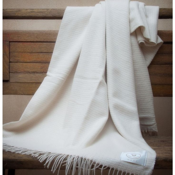 Soft and elegant throw in cashmere and cotton with natural color