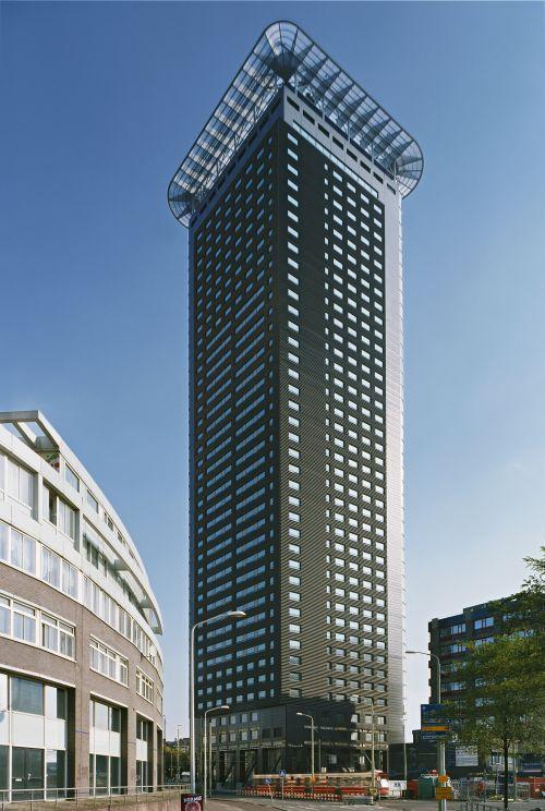 Het Strijkijzer, torenflat van 42 verdiepingen vlakbij station Den Haag Hollands Spoor.