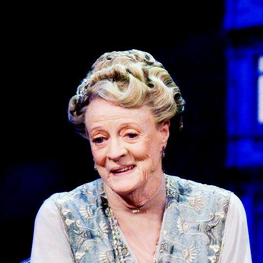 Мэгги Смит, как Вайолет Кроули, в специально написанной стадии эскиза Дань BAFTA к Аббатство Даунтон