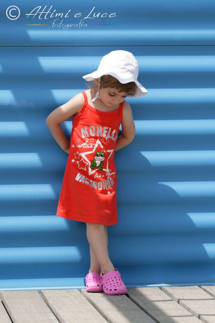 Una piccola pausa. Poi Stella riprende a giocare in spiaggia. Ritratti a bambini da Attimi e Luce fotografia. Remanzacco, Udine. www.attimieluce.it