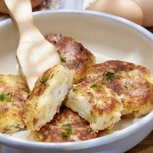 Brötchen in Scheiben schneiden, in warmer Milch einweichen lassen. Eier schlagen, darüber gießen. Kartoffeln und Käse unterkneten, mit Gewürzen und...