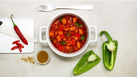 Lyst på en ordentlig god gryte? Chili con carne er en superfavoritt! Med strimlet svinekjøtt, bønner, grønnsaker og både tørket og fersk chili er dette en gryte som både metter og varmer.