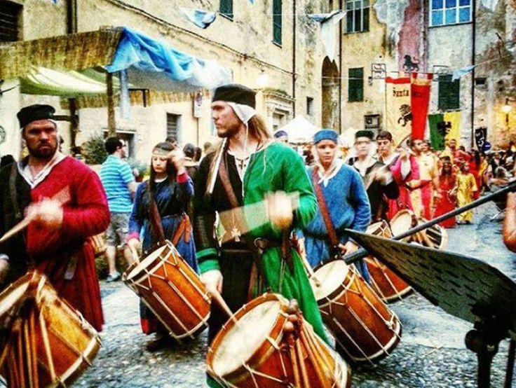 A SPASSO PER IL MEDIOEVO A luglio il Palio storico dei Rioni di Albenga porta indietro le lancette dell'orologio