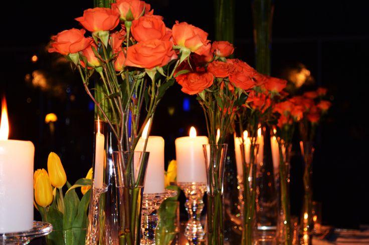 Iluminación aérea dirigida. Puedes poner un foco dirigido a cada centro de mesa o de los buffet! Así podrás resaltar los colores de las mesas!  #Matrimonios #Wedding #Novios #Novia www.mievento.cl :: contacto@mievento.cl