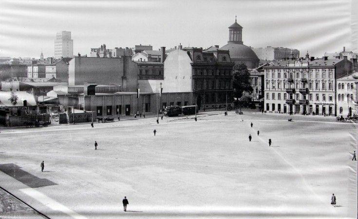 Galeria: Warszawa na zdjęciach Willema van de Polla [GALERIA] (17/18) - Warszawa - WawaLove. Plac Piłsudskiego, po lewej stronie ulica Królewska.