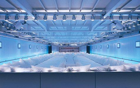 Supperclubcruise | Concrete | Amsterdam | 2003 | La Salle Neige è un spazio bianco composto da un letto enorme e con tubi di luce installati dietro i panelli di policarbonato.