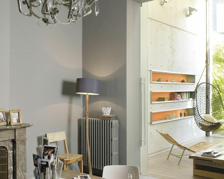 Misez sur un gris ardoise pour une salle à manger fraîche. Restons simple dans cette salle à manger très relax avec des gris pierre associés harmonieusement à des tons boisés et rustiques.