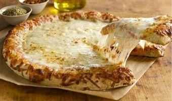 Σπιτική πίτσα με διάφορα τυριά