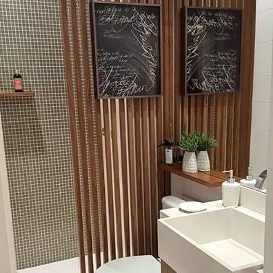 """Solução interessante para """"esconder"""" o chuveiro e deixar o banheiro social com cara de lavabo! {Projeto: Autor Deconhecido} #inspiração #inspiration #arquiteturadeinteriores #arquitetura #architecture #archilovers #coolreference #homestyle #homedesign #interiores #interiordesign #decoraçãodeinteriores #decoração #decor #decoration #homedecor  #banheirosocial #bathroom #lavatory #ripasdemadeira #ripadodemadeira #wood"""