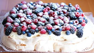 Pavlova in roasting pan