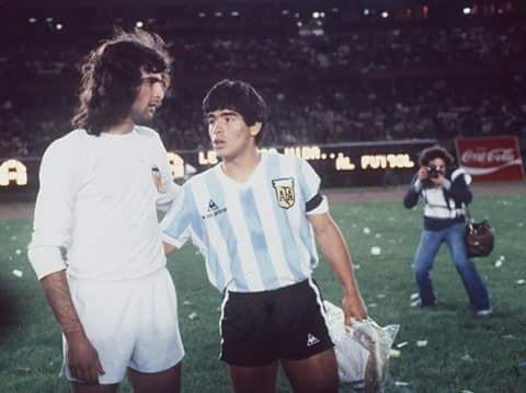 Diego Maradona con Mario Alberto Kempes en 1979, amistoso contra el Valencia para festejar el mundial juvenil