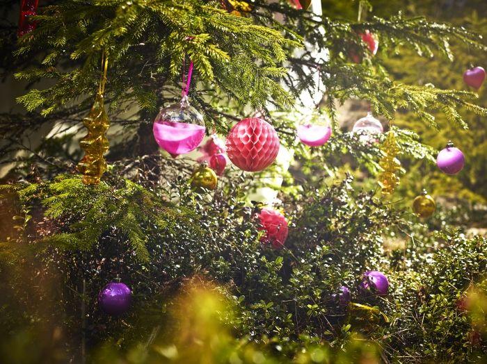 Γυάλινες χριστουγεννιάτικες μπάλες και χάρτινες και κρεμαστά στολίδια και πολλά πολλά φωτάκια… Αυτά τα Χριστούγεννα αποφασίσαμε να ξαναγίνουμε παιδιά!