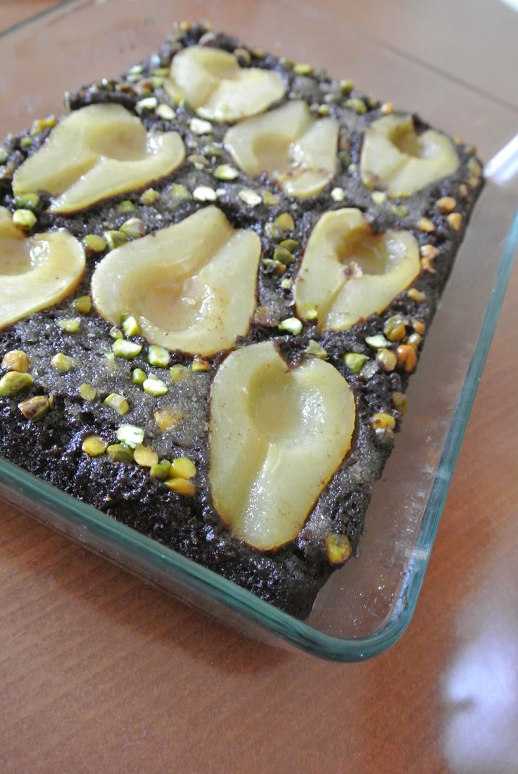 Obrácený hruškovo-čokoládový koláč s karamelem a pistáciemi