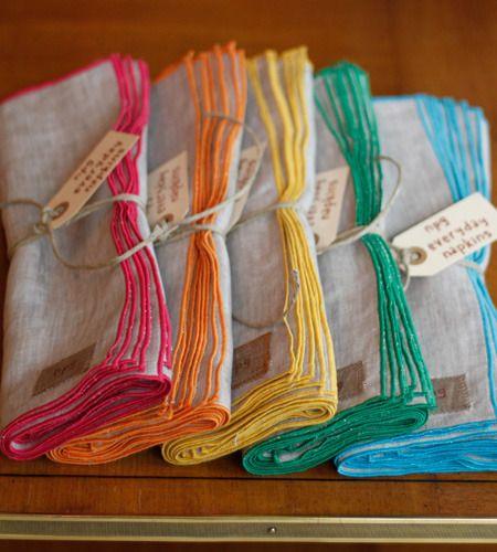 Serviettes de table lin et surfilage contrastant, que c'est joli...