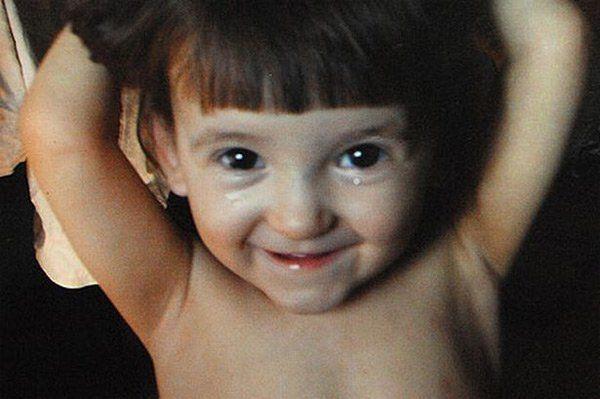 Natasha, la niña perro - Fue en 2009 que esta pequeña niña de 5 años fue encontrada en la localidad de Chita, Siberia, comportándose como un perro, caminando a cuatro patas, bebiendo agua con la lengua y comunicándose con ladridos y gemidos; sus padres Víctor Lozhkin y Yana Mikhailova fueron detenidos por negligencia y abandono