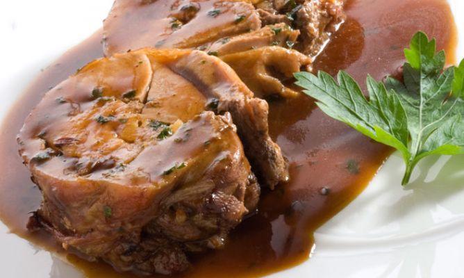 Receta de pierna de cordero rellena con manzanas y pasas, Karlos Arguiñano prepara un delicioso plato de cordero al horno con vino blanco y hierbas de provenza.