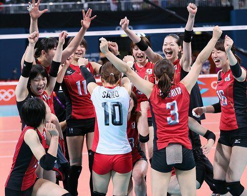日本・韓国】銅メダルを獲得して喜ぶ選手たち=ロンドンのアールズコートで2012年8月11日、佐々木順一撮影
