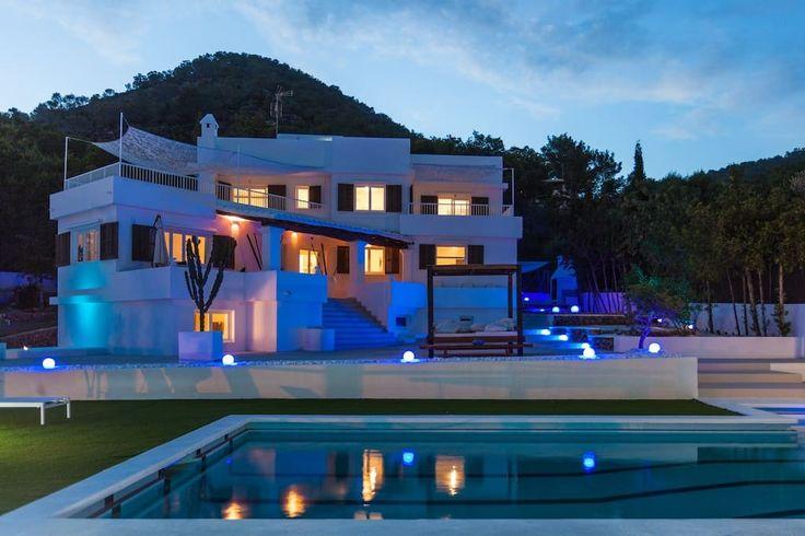 Villa Astor is een prachtige 6 slaapkamer vakantievilla gelegen in San Josep de sa Talaia, Ibiza. Ideaal voor grote gezinnen of een yoga retraite.