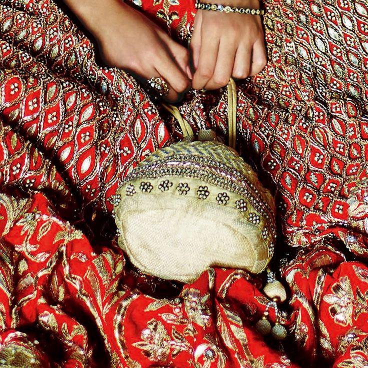 #AnitaDongre #lehenga #jewellery #WeddingInspiration #gotapatti #Rajasthan #Jaipur #Bride #bridal #Pinkcity #diamonds #potli #purse #bracelet #wedding #bejellewed #ClassicBride #redlehenga