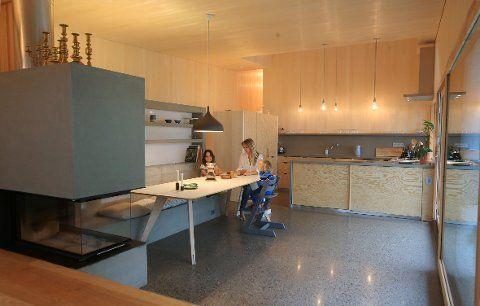 TRESKO: Hver morgen flommer solen inn på kjøkkenet til Helene og familien. Den integrerte innredningen er i ulike trematerialer som ask, osp og furu.