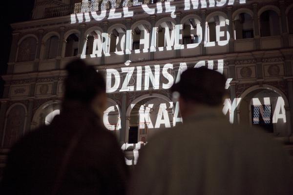 """Projekcje świetlne Jenny Holzer / Jenny Holzer's light projections    """"For Poznan"""", 2011, projekcja świetlna  Ratusz, Poznań  Tekst: """"Myśli nawiedzające mnie na ruchliwych ulicach"""" Wisława  Szymborska. Za zgodą autora.  © 2011 Jenny Holzer, członek Artists Rights Society (ARS), NY"""