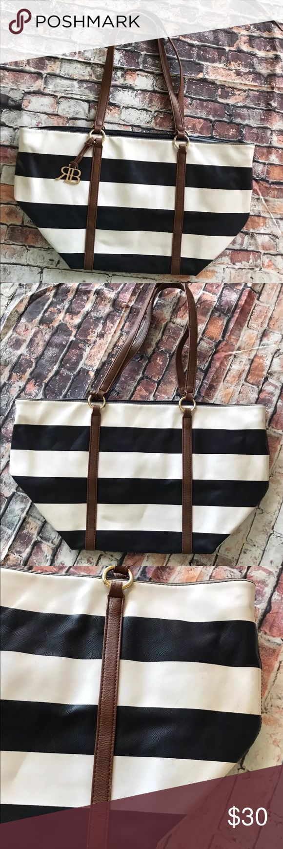 "Banana Republic Tote Bag Shopper Striped Nautical This Banana Republic tote is a classic....It's beautiful, big, and it definitely makes a statement ! Clean exterior and interior. Very minor wear on bottom. See photos   Width on top 19"", width on bottom 14.5"", length 13.5"". Banana Republic Bags Totes"