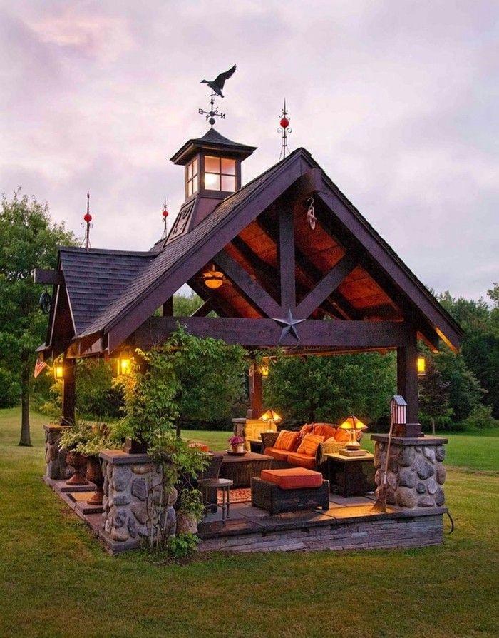 pergola en bois qui imite la toiture d'une maison, une véritable oasis de la…