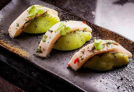 Вид блюда `Севиче из муксуна на пюре-васаби` из дегустационного сета в ресторане `Балчуг 5`