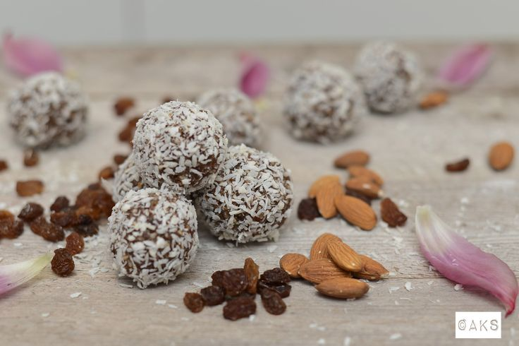 Rawfoodbollar med kokos, mandel och russin.  Raw food chocolate balls with raisins, almond and coconut.