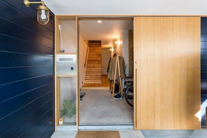 「大きな荷物の出し入れが多いので、玄関ドアは引き戸の大きなものにしました。無垢の木なのでオイルを塗って手入れしてます」