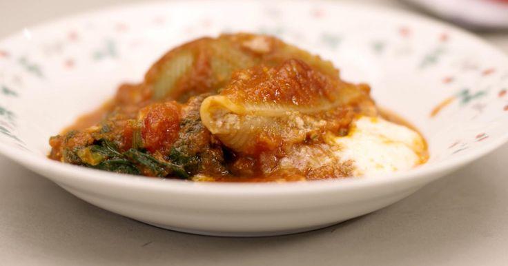 Pasta komt in alle maten en vormen. De grote pastaschelpen zijn als eetbare doosjes die je kan volproppen met een heerlijke vulling. Ik maak een mengsel op basis van Parmezaanse kaas, pancetta en verse basilicum. Daarna verdwijnen de gevulde schelpen in de oven, in een schotel met verse spinazie en overgoten met een eenvoudige tomatensaus. Wie dat wil, kan de hele schotel voorbereiden en vlak voor etenstijd in de oven stoppen. extra materiaal:een blendereen staafmixereen zeefeen rasp