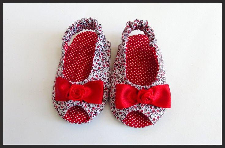 Sapatinho peep toe floral vermelho e poás.  Confeccionada em tecido 100% algodão.  Poderá ser feita em qualquer combinação de cores de outros sapatinhos da loja.    Tamanho do Soladinho:  Tamanho P: 9,5 cm ( 0 até 3 meses)  Tamanho M: 10,5 cm (3 até 6 meses)  Tamanho G: 11cm (4 até 8 meses)    Sã...