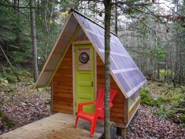 Rock Bottom: pequeña cabaña hecha con 300 dólares. Un constructor de viviendas diminutas ha creado Rock Bottom, una pequeña cabaña de madera y policarbonato, hecha con un presupuesto de tan solo 300 dólares. Para conseguirlo, se han empleado materiales reciclados y reutilizados, configurando una habitación escasamente amueblada, sin electricidad, ni baño, ni cocina. #Arquitectura