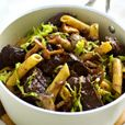 Delhaize - Hertenragout met bospaddenstoelen, pasta en groene kool