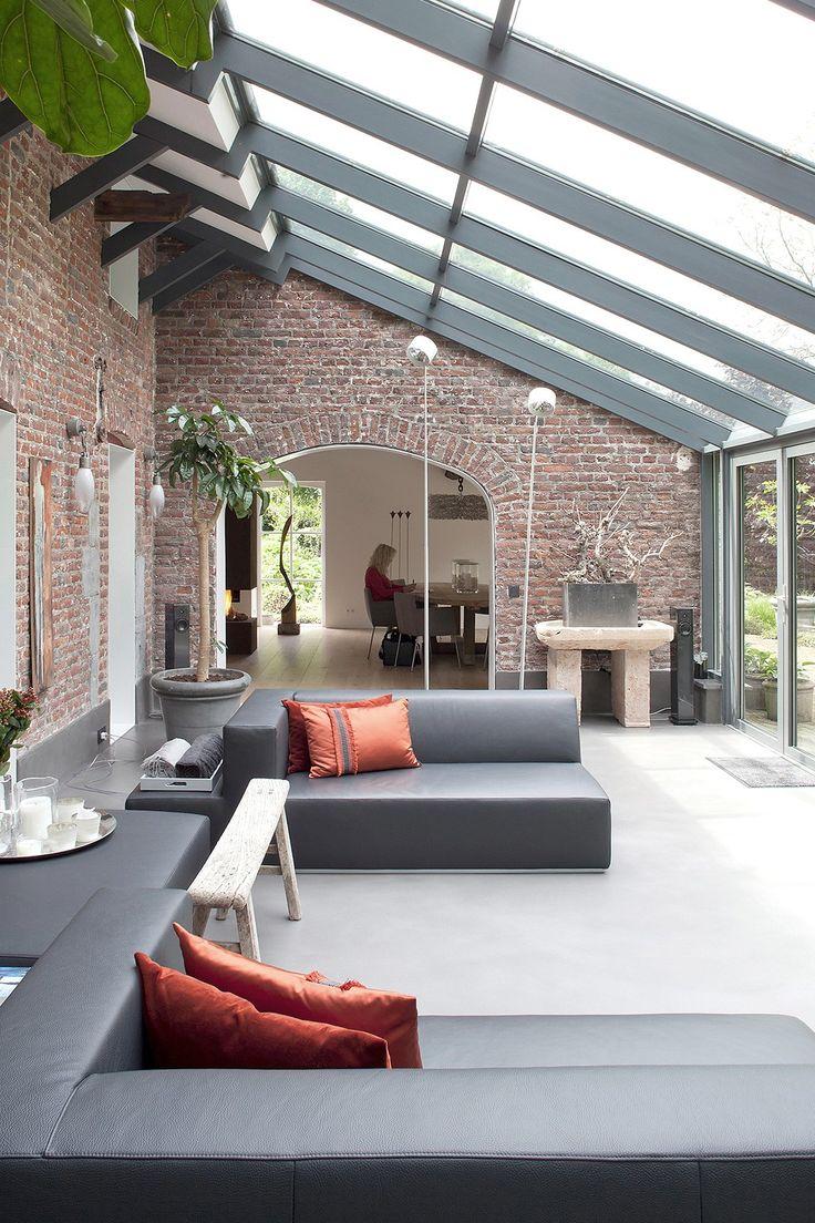 Neues Leben im renovierten Landhaus: Großzügiger Wintergarten