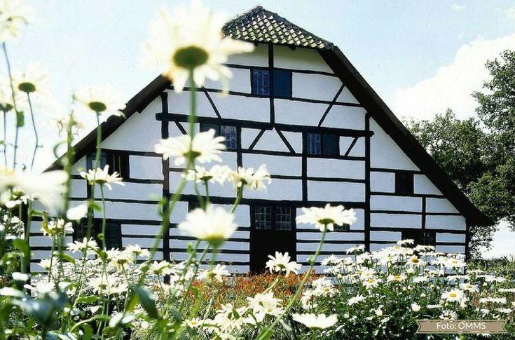 In romantischem Ambiente gibt es während der GartenLeben Wasserschloss Dorenburg in Grefrath am Niederrhein, NRW, viele neue Trends für Haus und Garten. Für diesen Ausflug über Pfingsten gibt es 3 x 2 Freikarten zu gewinnen.