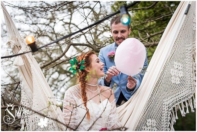 Festival Wedding - eating cotton candy in the hammock! Suikerspin eten in de hangmat op deze festival bruiloft styled shoot