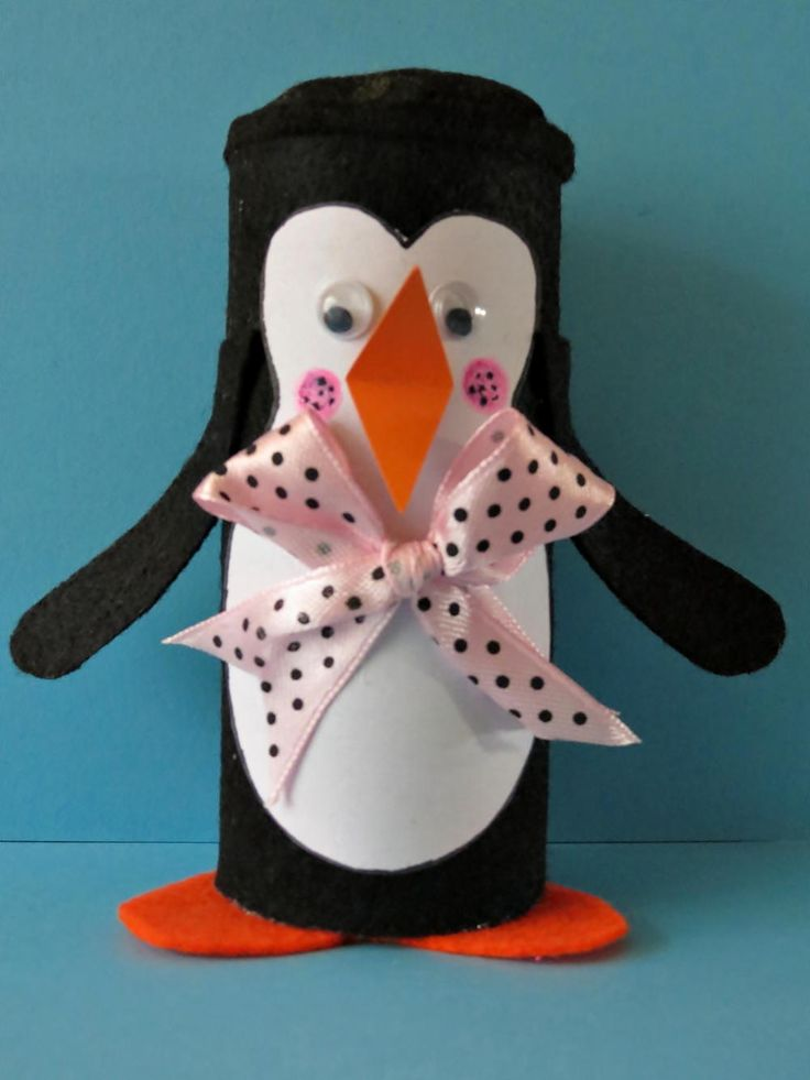 A cute winter craft for kids! Make this little penguin in no time, and best of all, it requires only a few materials. #FaveCrafter