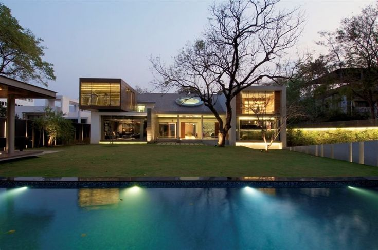 beautiful home.... this could be constructed out of shipping containers.