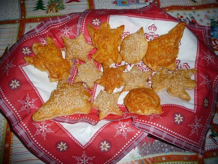 Bladerdeeg Kersthapjes! Maak van ontdooide bladerdeeg kerst figuurtjes, smeer ze in met wat eigeel en strooi er sesamzaadjes en/of geraspte kaas over. In de oven voor 15-20 minuten en smullen maar...