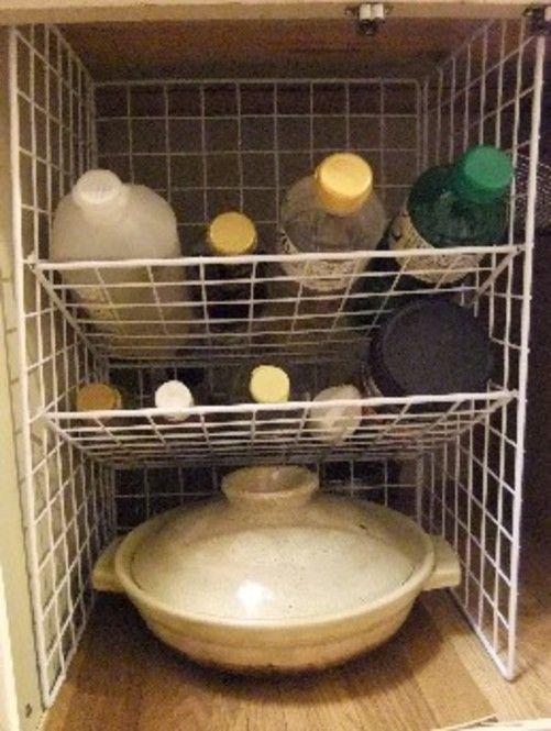 実際に100均グッズでの収納です。何でも揃う100均だからこそアイデア一つでどんな形にも作ることができます。土鍋など季節限定物を下に置いてスペースを有効活用します。