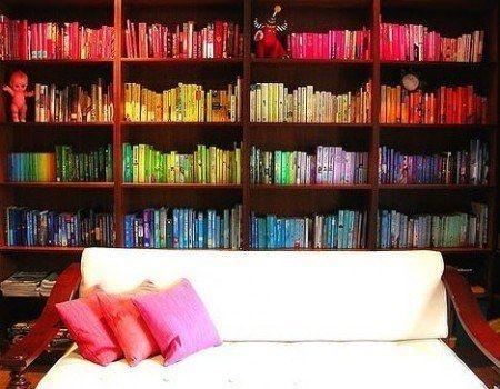 Livros organizados por cores.   30 jeitos de decorar sua casa como você nunca imaginou (e com apenas R$10)