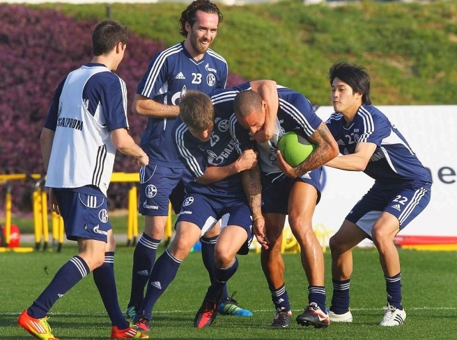 . Marco Hoeger, Christian Fuchs, Klaas-Jan Huntelaar, Jermaine Jones and Atsudo Ushida (left) Photo: AP / Getty Images  Picture 45 of 62  Since Wednesday is preparing the FC Schalke 04 in Qatar prior to the second round.