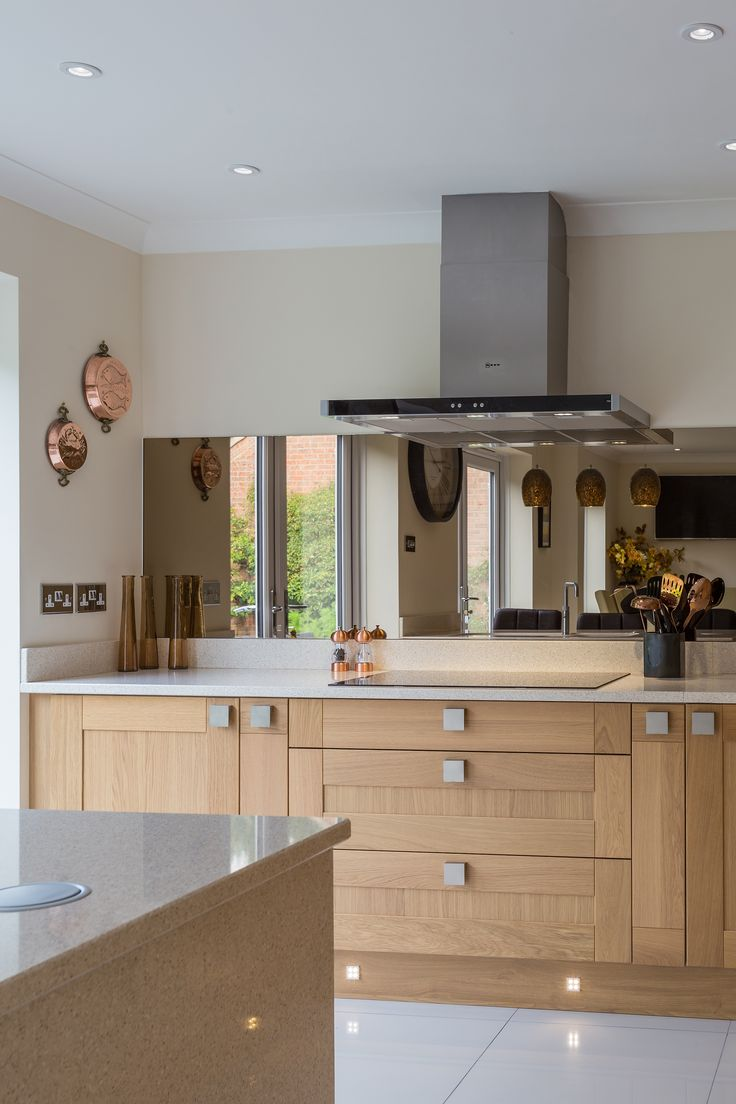 Beautiful Oak and Almond Shaker Kitchen with smokey glass splash backs accentuating this sophisticated kitchen.