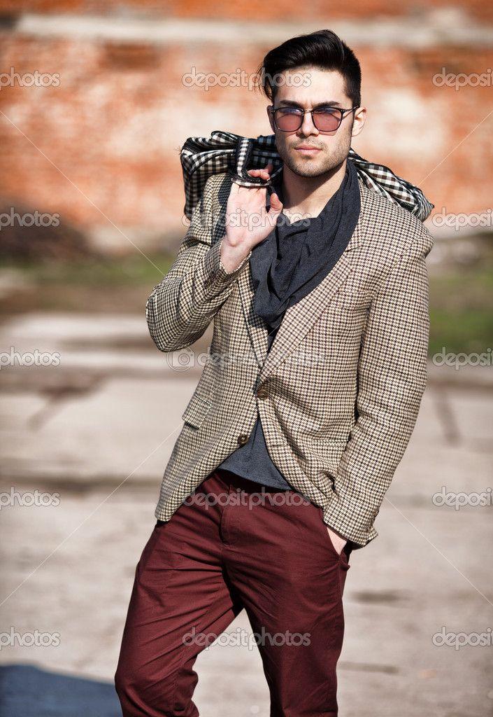 Fabulous Sexy mannequin homme habillé élégant tenant un sac pose extérieure  IR32