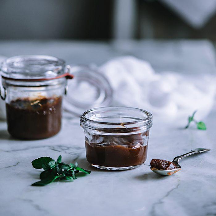 Recuerdo de pequeña en mi tierra Sevilla, como me gustaban los caramelos de dulce de leche, pues con la nostalgia de ello me he puesto mano a la obra y he preparado la receta de dulce de leche en casa, ya que es una receta súper sencilla, y que te puede servir para muchas recetas....Sigue leyendo »