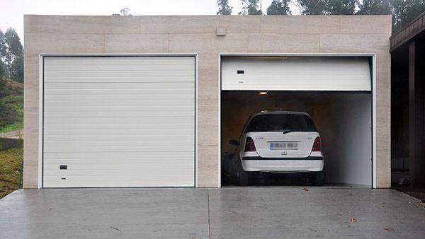 Garaje de en una casa prefabricada de cube con espacio for Garaje de coches
