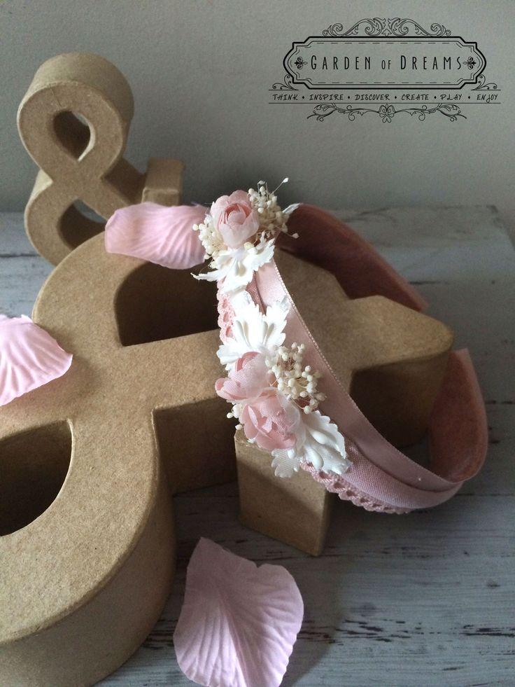 Diadema ancha en tono rosa con raso, encaje y flores #diademas #rosa #encaje #flores #niñas