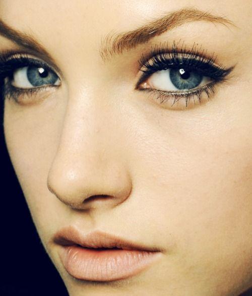 Winged Eyeliner & Nude Lip