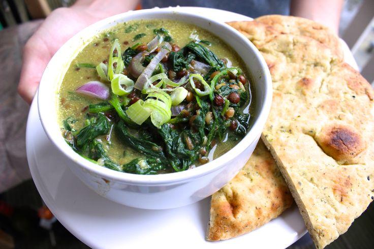 Deze gezonde vezelrijke groene curry met lekker veel groente heb je binnen 15 minuten op tafel. Voedzaam, snel en lekker!